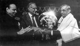 कुलदीप नैयर के हाथों 'मानव मंदिर' द्वारा स्थापित स्व. अनिल कुमार पत्रकारिता पुरस्कार ग्रहण करते हुए. साथ में 'लोकमत' के संस्थापक संपादक (स्व.) जवाहरलालजी दर्डा.