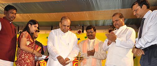 प्रभात उत्सव का दीप जलाकर उदघाटन करते झारखंड के राज्यपाल के. शंकर नारायणन। सबसे दाएं हैं प्रभात खबर के वाइस प्रेसीडेंट केके गोयनका, उनके बगल में हैं केंद्रीय मंत्री सुबोधकांत सहाय।
