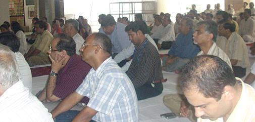 चिन्मय मिशन में आयोजित श्रद्धांजलि सभा में शामिल लोग.