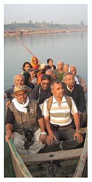 नर्मदा यात्रा पर निकली टीम नौकायन का आनंद लेती हुई.