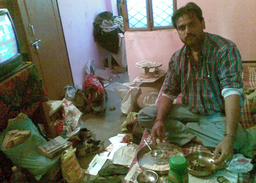 दिल्ली के अपने डेढ़ कमरे के किराए के मकान में खाना खाते धर्मेंद्र प्रताप सिंह.