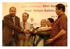 पुरस्कार लेते प्रबल प्रताप सिंह.