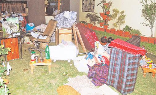 सड़क पर फेंका गया प्रो. निशीथ राय के आवास का सामान.