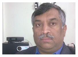 अपने घर में रेडियो सुनते लेखक संजय कुमार सिंह.
