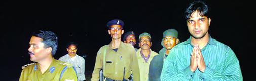 एसपी नवीन सिंह (बाएं)के साथ बीडीओ प्रशांत (दाएं)