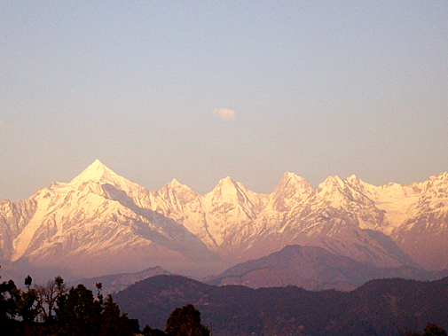 नवीन जोशी की पुरस्कृत तस्वीर :  Himalaya glittering like Gold early in the morning.(January 2010 - Geotagged Photo Contest Honorable mentions)