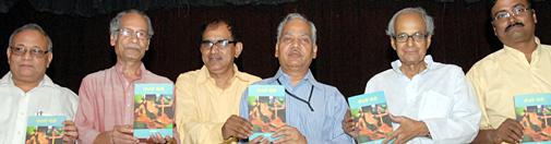 अभिज्ञात के कहानी संग्रह 'तीसरी बीवी' का लोकार्पण अवसर पर बाएं से आलोचक अरुण माहेश्वरी, भारतीय भाषा परिषद के निदेशक और आलोचक डा.विजय बहादुर सिंह, पत्रकार व कथाकार अभिज्ञात, कथाकार और हंस के कार्यकारी सम्पादक संजीव, बंगला कवि अर्धेन्दु चक्रवर्ती और उपन्यासकार-आलोचक हितेन्द्र पटेल