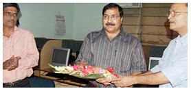 प्रो. निशीथ राय का स्वागत करते अरविंद चतुर्वेदी, सबसे बाएं हैं एनई अनिल भारद्वाज.