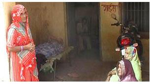 : गाजीपुर के नंदगंज थाने के भीतर बिना अपराध जबरन बंधक बनाकर रखी गईं महिलाएं : लाल साड़ी में खड़ी मेरी मां, पैर व कूल्हे में दिक्कत के कारण लेटी हुईं चाची, बैठी हुईं दो स्त्रियों में चचेरे भाई की पत्नी हैं. एक अन्य दूसरे आरोपी की मां हैं.