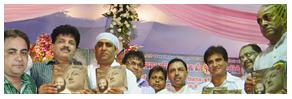 पत्रकार निरंजन परिहार द्वारा प्रकाशित पुस्तक 'जिन दर्शन, तिन चंद्रानन' का विमोचन करते हुए फिल्म अभिनेता और कांग्रेस सांसद राज बब्बर, पूर्व केंद्रीय मंत्री सांसद डॉ. संजय सिंह, सूफी संत अरविंद गुरुजी, प्रवीण शाह, मोती सेमलानी, ललित शक्ति, संगीतकार राम शंकर व राजस्थान भाजपा के अध्यक्ष अरुण चतुर्वेदी।