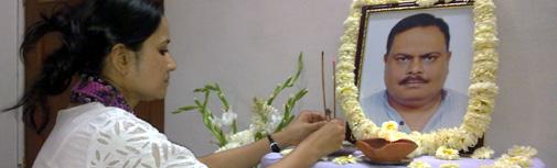 आलोक तोमर जी की तस्वीर पर फूल अर्पित करतीं उनकी पत्नी सुप्रिया रॉय