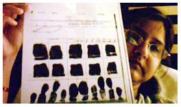 सद्दाम हुसैन के फिंगर प्रिंट वाली आरटीआई को दिखातीं नूतन ठाकुर