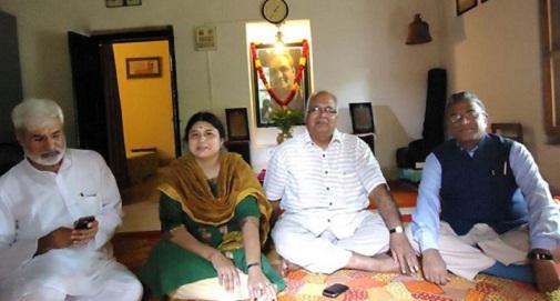 कुमार गंधर्व का कमरा। उनका रियाज यानी उपासना कक्ष। जाजम पर राहुल देव, कलापिनी कोमकली, ओम थानवी और हरिवंश। यह तसवीर भुवनेश कोमकली ने खींची। (तस्वीर और कैप्शन ओम थानवी के फेसबुक वॉल से)