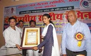 खिलाड़ी लक्ष्मी को एवार्ड देते भड़ास4मीडिया के संपादक यशवंत सिंह