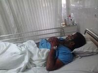 अस्पताल में घायल नीरज