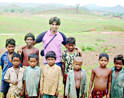 संजय यादव आदिवासी इलाके के बच्चो के साथ