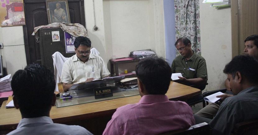 एएलसी एके सिंह के सामने तलब हुए संपादक सुभाष सिंह और नेशनल दुनिया के पीड़ित कर्मचारी.